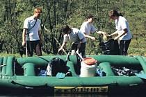 Více než sedmdesát dobrovolníků se podílelo na čištění zvoleného úseku řeky Ohře.