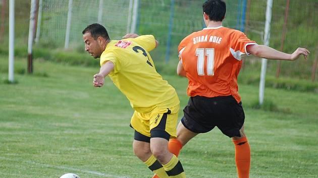 STARÁ ROLE potvrdila u novorolského rybníka roli favorita a odvezla si cenné vítězství. Ve žlutém novorolský Petr Špička v oranžovém starorolák Michal Tráva.