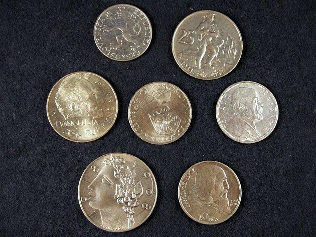 TORZO SBÍRKY. Sokolovským kriminalistům se podařilo zajistil jen zlomek z nejcennější části sbírky Milana Kilingera. Ze vzácnějších kusů českých mincí z let 1918 až 1993 se majiteli vrátily jen dvě.