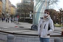 Obyvatelé Karlových Varů se chrání, co můžou - rouškami, šátky, někdo má i respirátor.