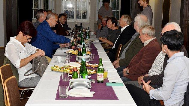 Olympionici se sešli v lázních v Becherově vile.
