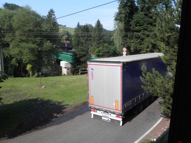 KAMION MÍŘÍCÍ na most v Šemnici. Od 1. června do 17. července zaznamenal autor snímku 17 kamionů, z nichž naprostá většina most přejela. Kraj proto chystá opatření na ochranu mostu.