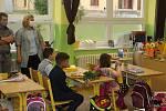 RODIČE V ROUŠKÁCH doprovodili prvňáčky i ve škole Dukelských hrdinů v Karlových Varech.
