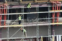 Při montáži lešení na nejvyšší budově v Karlových Varech stálo nad sebou v jednu chvíli i 17 řemeslníků, kteří tvořili hada a podávali si trubky do nejvyšších pater.