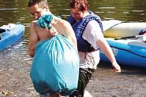 V loňském roce brigádníci uklízeli řeku Ohři mezi Chebem a Karlovými Vary. Letos úsek zkrátí. Zaměří se na část toku mezi Sokolovem a lázeňským městem