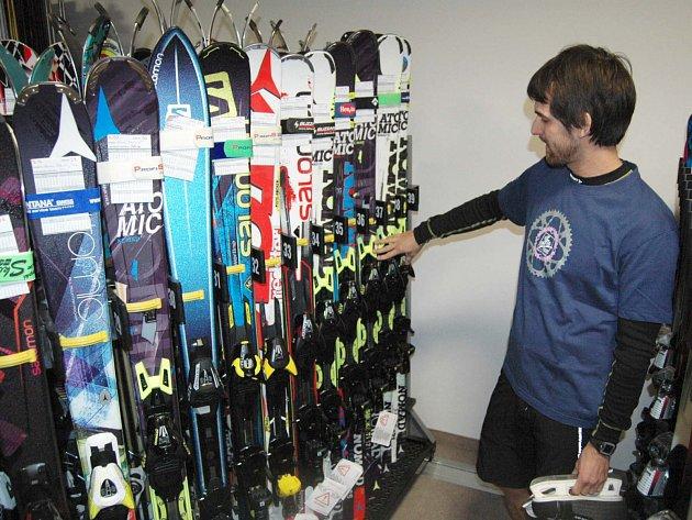 SKISERVISY a půjčovny lyží na Karlovarsku jsou na nadcházející sezonu připraveny.
