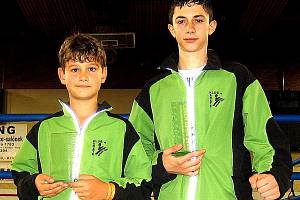 Naděje karlovarského kickboxu po úspěšném startu na Czech Open 2009: vpravo zlatý Kamo Michajelian a vlevo stříbrný Ríša Stránský.