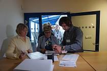 Od pátku až do pondělního rána čekaly více než tři desítky lidí na to, až kraj začne přijímat žádosti na výměnu starých kotlů za nové.