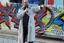 Jiří Kotek na veřejném shromáždění, které se uskutečnilo v pátek 2. března u sochy T.G.Masaryka v Karlových Varech.