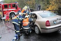 Těžká dopravní nehoda, k níž došlo v pondělí ráno na silnici mezi Bečovem a Karlovými Vary.