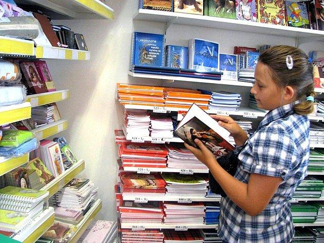 Zájem je velký. V papírnictví už děti vybírají vhodné sešity pro další školní rok.