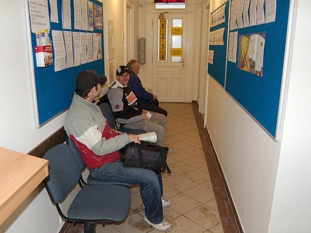 Úřad práce v Karlových Varech. Uchazečů o zaměstnání proti minulému roku přibylo, nemá to však zatím přímou souvislost s krizí v porcelánkách.