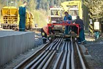 Kvůli pracím na opravách železničního svršku je na trati mezi Sokolovem a Kraslicemi nepřetržitá výluka.