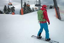 Příznivci lyžování mohou o víkendu ještě využít několika sjezdovek na krušnohorském Klínovci.