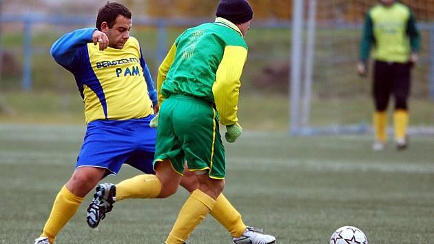 V dalším kole fotbalové IV. třídy si poradily Dvory (ve žlutém) s rezervou Jáchymova 2:0.