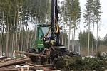 Harvestory jsou velkými pomocníky i Lázeňských lesů. Nyní zpracovávají kalamitu poblíž policejní střelnice nad Hubertusem.