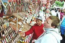 VELKÝM JARMARKEM slavil o víkendu Bochov udělení městských práv. Stánkaři nabízeli na náměstí širokou škálu zboží, mezi ním nechyběly ani sladkosti, cukrovinky a perníčky.