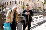 Na snímku se Jan Michalovič (vlevo) připravuje s parťákem na natáčení sociální sondy. Lidé na videu nechali ležet vandráka na zemi i metr od sebe.