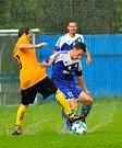 Nejdecká rezerva (v modrém) se loučila v domácí derniéře vítězstvím 6:1 nad týmem Božičan (ve žlutém).