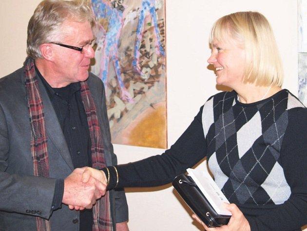 Na fotce ze zahájení výstavy jsou hlavní organizátoři akce, německý sochař Albrecht Volk a karlovarská malířka Varvara Divišová.