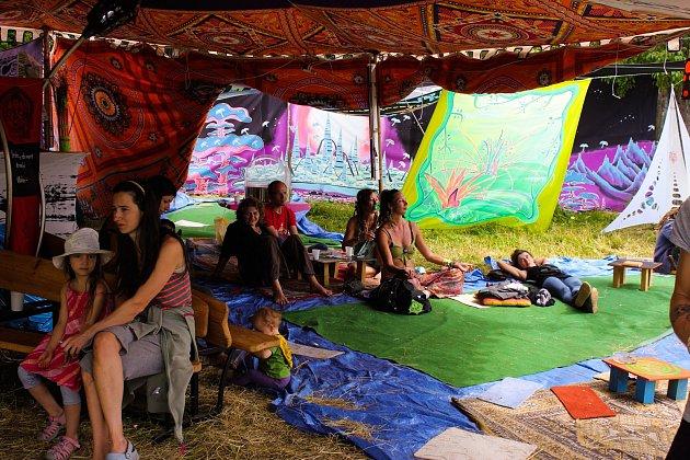 Návštěvníci festivalu se mohou těšit vedle hudby i na workshopy nebo jógu.