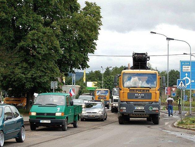 Pozor, práce na silnici. Řidiči, kteří v současnosti projíždějí Karlovými Vary, by se měli obrnit trpělivostí. Hned na několika místech se frézuje, a to i na páteřní komunikaci v Tuhnicích.