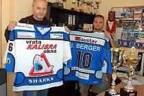 Zbrusu nové dresy by měly v novém ročníku ligy přinést sledgehokejistům karlovarského Sharks opět mistrovskou radost. Pokud se to podaří, zapíšou se tučným písmem do historie českého sledgehokeje, ve kterém by si tak připsali další velký úspěch.