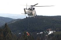 POMOC PŘICHÁZÍ Z NEBE. Leteckým záchranářům z Plzně vděčí mnoho lyžařů za život. Nyní je možná doplní kolegové z Německa.