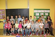 Prvňáčci ze Základní školy v Březně s paní učitelkou Janou Izavčukovou a asistentkou Marcelou Štafovou