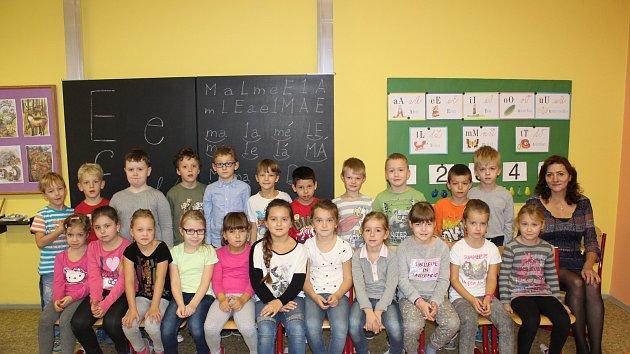 Žáci první třídy Základní školy v Dalovicích s paní učitelkou Blankou Dietlovou.