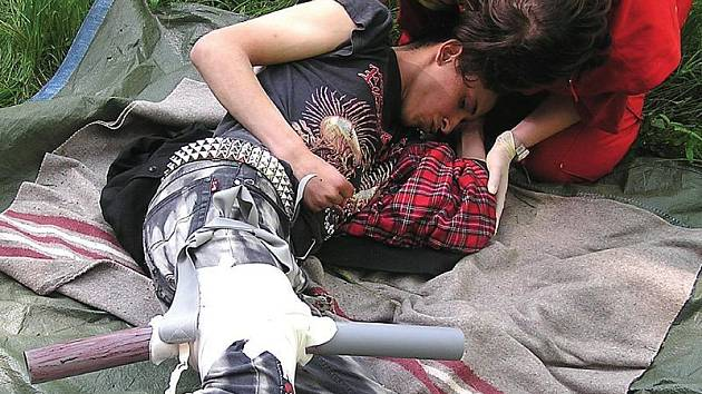 JAKO OPRAVDOVÁ. Záchranáři museli předvést, jak jsou schopni podat první pomoc i v případě propíchnuté nohy.