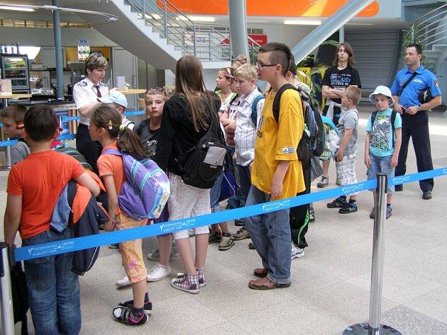 Děti ze Základní školy Vančurova navštívily karlovarské letiště.