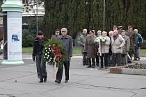 Před hotelem Thermal v Karlových Varech se v úterý 11. listopadu konala  v rámci Dne veteránů pietní akt, který měl uctít oběti válek.