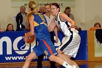 V prvním kole nadstavbové části Ženské basketbalové ligy hostily hráčky karlovarské Lokomotivy (v bílém) na své palubovce BA Spartu Praha (v modrém)