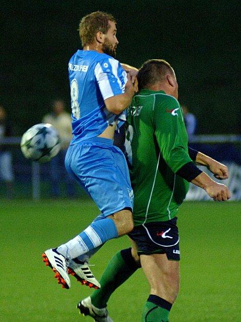 Chebská derby mezi hvězdou (vmodrém) a mužstvem FC Cheb skončilo bez branek. Zápas rozhodly až pokutové kopy.