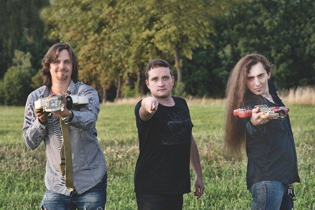 Kapelu Tajfun jsme založili vroce 2007sbasistou a zpěvákem Tomášem Beranem a bubeníkem Víťou Kováčem.