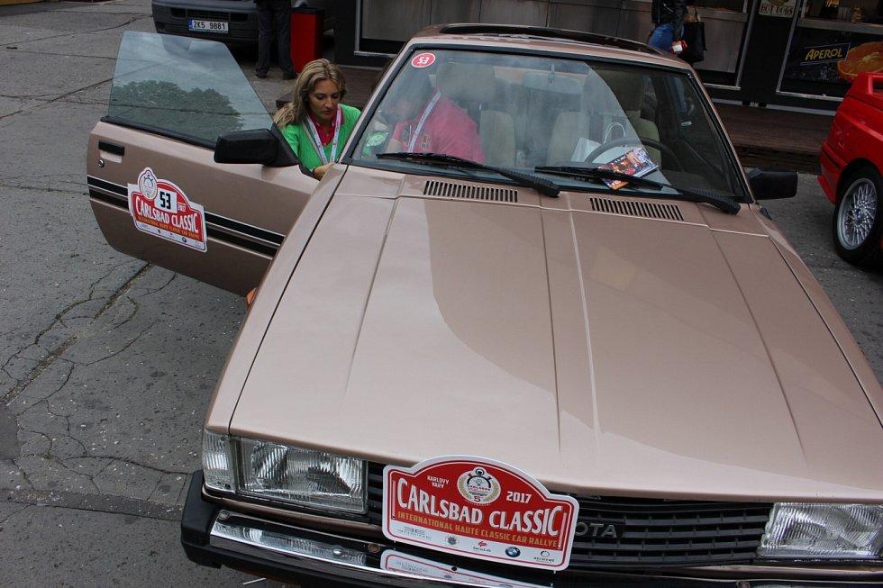 Účastníci 5. ročníku Carlsbad Classic, veteránské soutěže automobilů.
