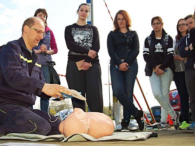 PRO NÁVŠTĚVNÍKY Preventivního vlaku je připravený zajímavý program s přednáškami, filmovou projekcí a ukázkami. Drážní hasiči například předváděli, jak poskytnout první pomoc.
