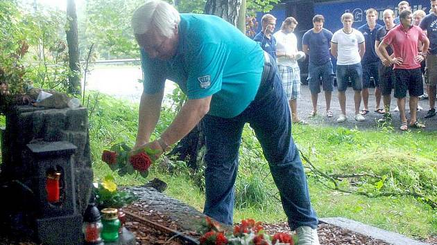 Památku Ivana Hlinky uctili u jeho pomníku na místě tragické dopravní nehody také hráči ruského hokejového týmu Salavat Julajev Ufa se svým trenérem Sergeiem Mikhalyovem.
