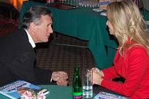 Michael Palin s Miss World Taťánou Kuchařovou.