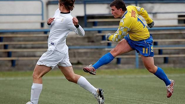 V dalším kole divizní soutěže si připsali dorostenci karlovarského 1. FC (v bílém) na své konto důležité vítězství nad Varnsdorfem v poměru 5:0.