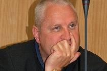 David Hanzl před krajskými zastupiteli obhajoval propad v hospodaření krajské nemocnice.
