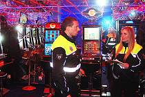 HERNY POD DOHLEDEM. Město Karlovy Vary už nyní přesně ví, kde jsou v jeho katastru všechny legální herny. Na to, zda jsou při jejich provozu dodržována všechna daná pravidla, dohlíží rovněž městská policie.