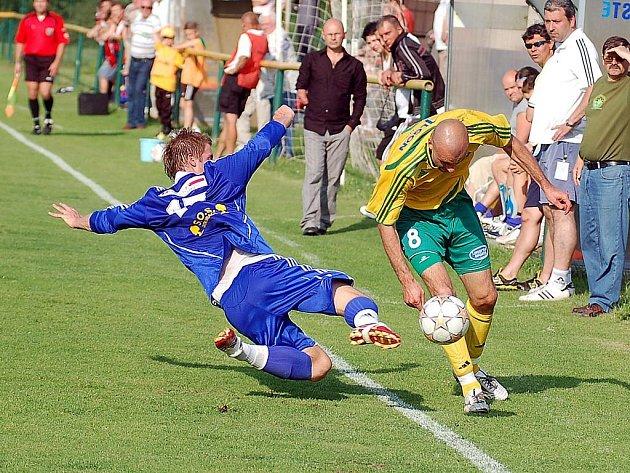 Karlovarští Buldoci (ve žlutém) hostili ve vloženém kole třetí ligy na stadionu ve Dvorech mužstvo Vyšehradu (v modrém).