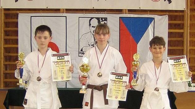 Tři medaile ze Sokolova přivezli do Drahovic (zleva) Jura Ružejnikov, Lenka Kašparová a Ríša Stránský.