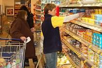 NÁKUPY V AKCI. Lidé reagují na propagační letáky, které nabízejí akční slevy. Pak jsou zklamáni, když uvedené zboží v obchodech nenajdou.