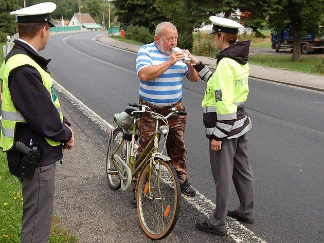 Většina z pětašedesáti kontrolovaných cyklistů vyjela na silnici – stejně jako tento muž z Nové Role – střízlivých. Našli se ale dva, kteří se před jízdou alkoholem posilnili.