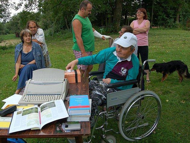 Jedním z aktivistů za zkvalitnění života v Prachometech je i starousedlík Miloslav Plášil (na vozíku). Po volbě členů osadního výboru se stal jeho čestným členem.