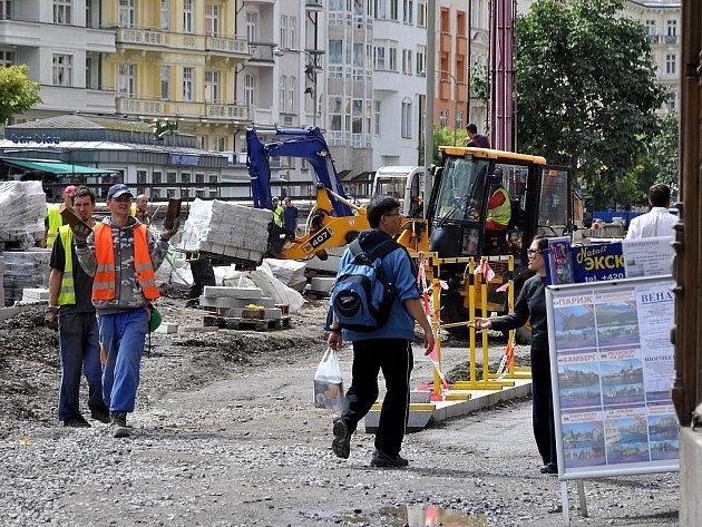 Rekonstrukce pokračuje. Oprava centra lázeňské zóny by měla skončit v prosinci letošního roku. Harmonogram prací prý firma, která revitalizaci provádí, dodrží.
