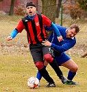 Výhru 3:0 si připsal o víkendu na svůj účet sadovský Sokol (v pruhovaném), když bez větších potíží pokořil Hroznětín B (v modrém).